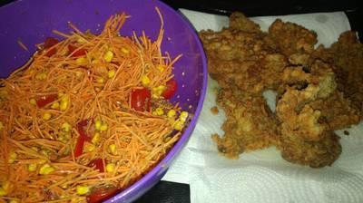 Escalope con ensalada de zanahoria, choclo y tomate cherry