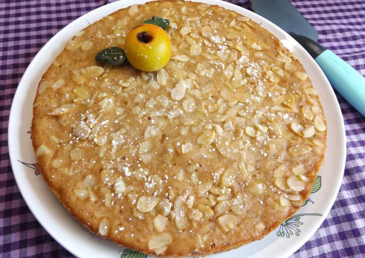 Torta húmeda con puré de manzana y almendras