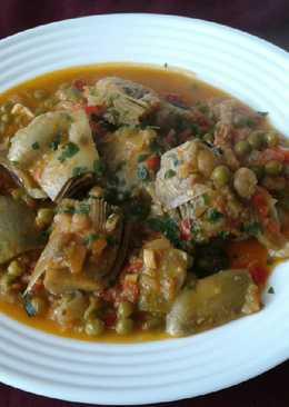 Alcachofas estofadas, con verduras y gambas