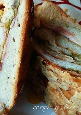 Hogaza de pan rellena de beicon, tres quesos y setas