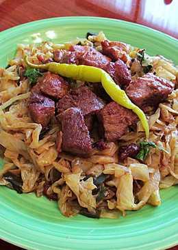 Wok de col blanco especiado con carne magra de cerdo