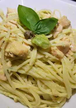 Spaghetti con crema de salmón y aguacate