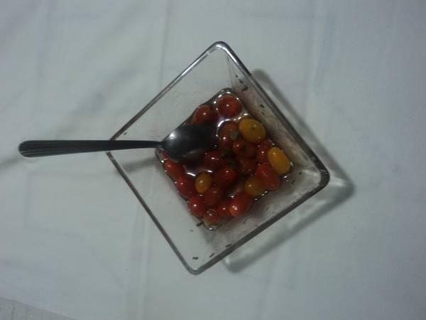 Tomates cherry con aceite de chile, mezcal y hierbas de olor de huerta. México