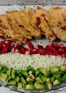 Pechuga a la plancha y ensalada de arroz con aguacates, fresas y nísperos
