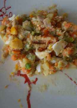 Ensaladilla con huevo, atún y olivas