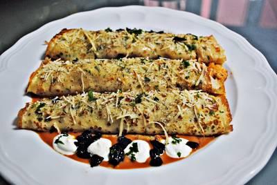 Crepes gratinados rellenos de langostinos y camarones, con bisque de marisco