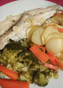 Lubina al horno con cama de patatas y brócoli al vapor