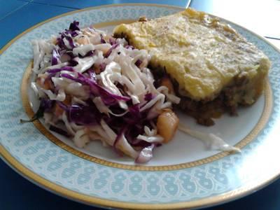 Pastel de carne y ensalada de repollo con piña y hierba buena