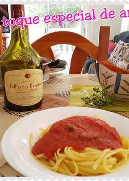 Tallarines en salsa de tomate aromatizada con hiervas