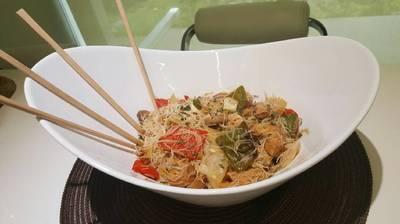 Pollo con verduras y fideos chinos