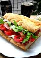 Bocadillo con panceta ahumada, queso Feta y pimiento rojo - fácil