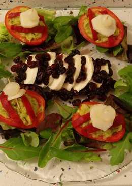 Mozzarella con arándanos y tomates rellenos de guacamole con peras