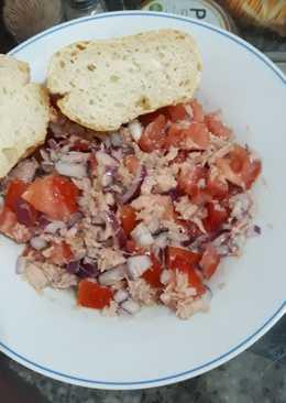 Ensalada de atún cebolla y tomate para el desayuno