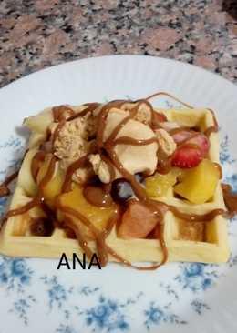 Waffles con ensalada de frutas y helado