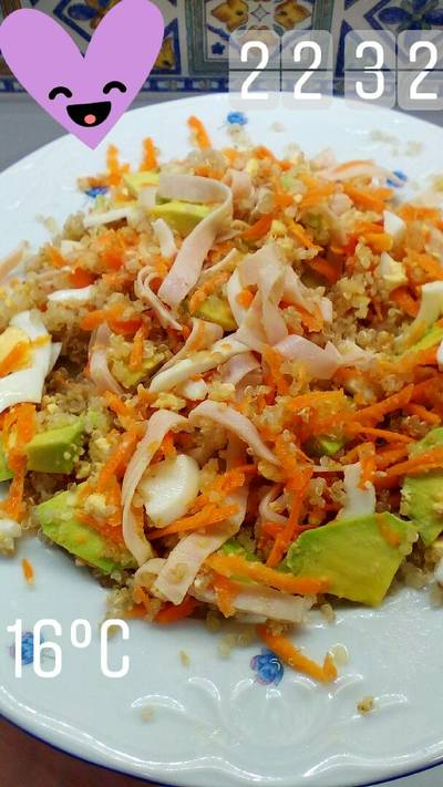 Ensalada de quinoa aguacate huevo cocido zanahoria tiras de pavo