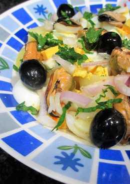 Ensalada de patatas con mejillones, huevo y olivas negras