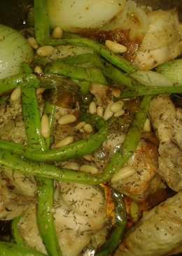 Pollo con verduras y piñones en salsa