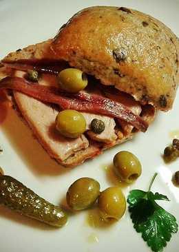 Pan de olivas con ventresca de atún y anchoas