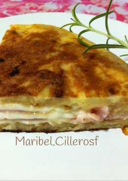 Tortilla de patatas, rellena de jamón cocido y queso