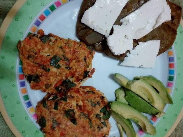 Tortitas de pechuga de pollo con zanahoria y espinacas