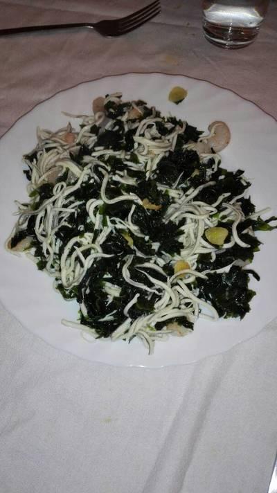 Revuelto de gulas y wakame