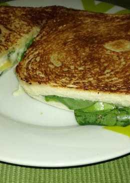 Sándwich de espinacas, queso y aguacate 🌿
