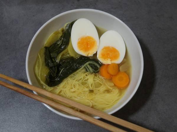 Ramen con caldo de pollo, fideos de arroz y pak choi