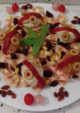 Ensalada de pasta farfalle rossa con huevos rellenos de atún