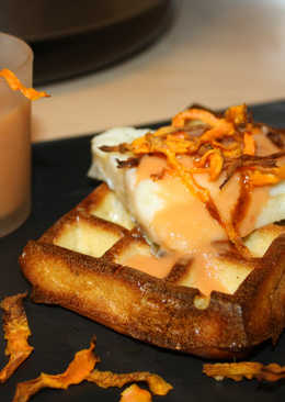 Gofre de patata con bacalao confitado, salmorejo y chips de zanahoria