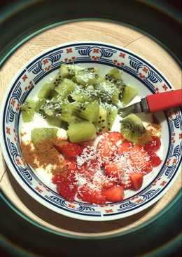 Yogur natural griego con fruta, coco y canela