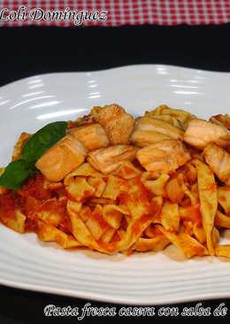 Pasta fresca casera con salsa de tomate y salmón
