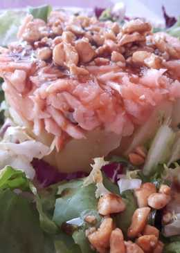 Timbal de patata y salmón con vinagreta y crujiente de cacahuetes