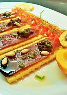 Tostas de mojama con olivada, tomate, albaricoque y piñones