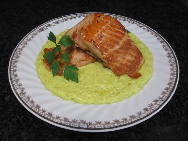 Filetes de salmón a la planchasobre puré de patatas al curry