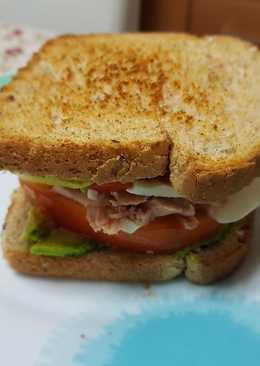 Sándwich de atún con aguacate