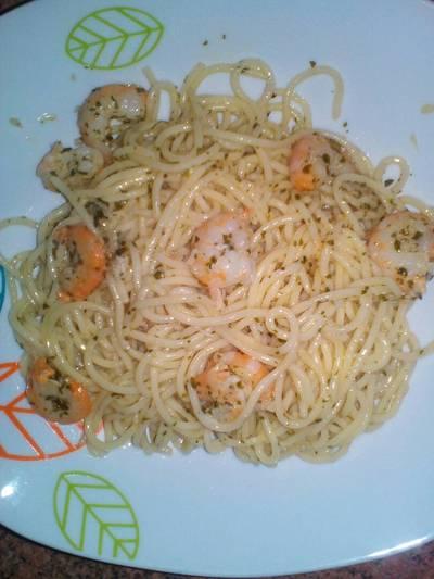 Espaguetis al ajillo con gambas