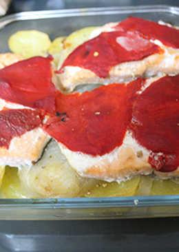 Salmón con patatas y cebolla