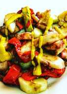 Ensalada templada de pulpo, pimiento rojo y pepinos de la huerta
