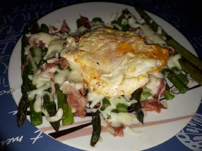 Espárragos verdes con jamòn+queso+huevo