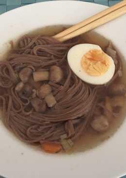 Sopa con fideos soba