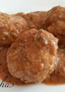 Albóndigas de ternera con salsa de cebolla y setas