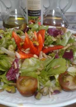 Ensalada con pistachos y piñones