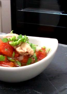 Hígado de bacalao ahumado con tomate y cilantro