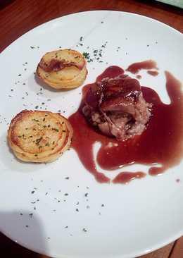 Manitas de Cerdo Rellenas de Boletus, Milhojas de Patatas y Salsa de Oporto