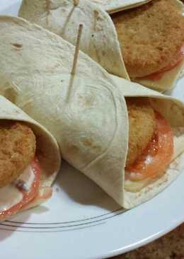 Rollos de pollo empanado con salsa de mostaza y miel