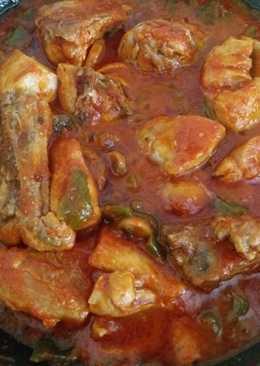 Pollo con tomate, champiñones y pimiento