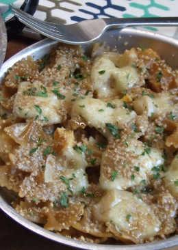 Lazos (moños) de pasta integral con queso de cabra y gomasio