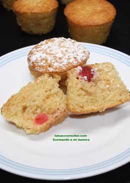 Muffins de crema agria, polvorones y cerezas confitadas