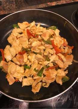 Pollo con pimientos y cebolla