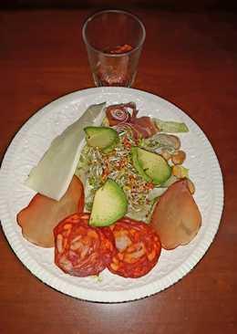 Ensalada de aguacate con germinafos de brócoli y embutido